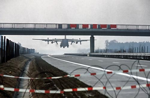 1280px-Hercules_C130_landing_on_Autobahn_DoD_DF-ST-84-09441.jpg