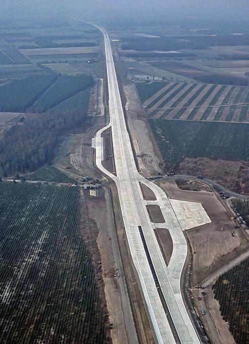 800px-Autobahn_Notlandeplatz_A29_Ahlhorn_DoD_DF-ST-85-05075.jpg