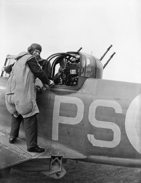An_air_gunner_of_No._264_Squadron_RAF_about_to_enter_the_gun_turret_of_his_Boulton_Paul_Defiant_Mk_I_at_Kirton-in-Lindsey,_Lincolnshire,_August_1940._CH874.jpg
